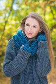 暖かい秋のファッションでトレンディな女性 — ストック写真