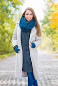 Pretty Smiling Woman in Cozy Autumn Outfit Style — Stock Photo