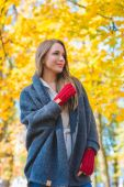 Woman enjoying the colorful yellow fall foliage — Stockfoto