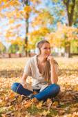 Young woman relaxing listening to music — Stock Photo