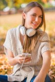 Joven atractiva escuchando música — Foto de Stock