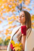 Young woman savoring the beauty of autumn — Stock Photo