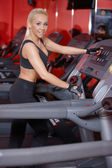 Strong athletic woman working out in a gym — Stockfoto