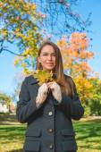 Pretty Lady in Autumn Fashion Holding Dry Leaves — Stock Photo