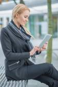 Pretty Office Woman Using Her Gadget Outdoor — Stock Photo