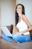Pretty Young Woman in Sitting on Couch with Laptop — Stock Photo