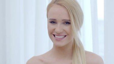 Smiling Face of Pretty Woman Looking at Camera — Vidéo
