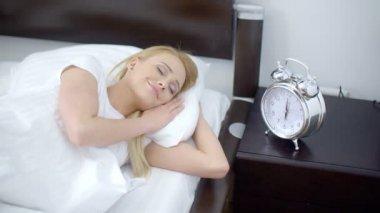 Mulher muito dormir com o despertador ao lado dela — Vídeo stock