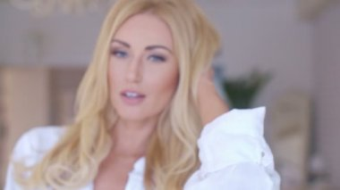 Flirt Blond Woman Looking at the Camera — Stock Video