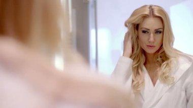 Mulher tocando o cabelo dela — Vídeo stock