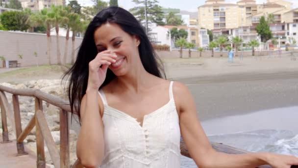 Bella ragazza hawaiana giovane attraente in spiaggia con for Piani di piantagione hawaiana