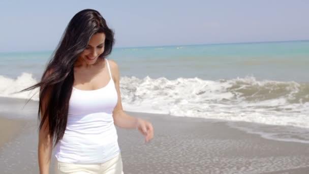 Брюнетку на берегу видео фото 17-673