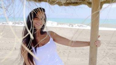 Kobieta stojąc w cieniu parasola — Wideo stockowe