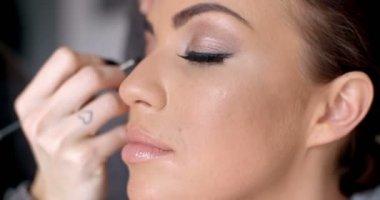 Hübsche Frau, Eye-Liner auf ihr Augenlid anwenden — Stockvideo