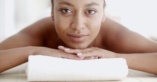 Девушка делает женщине взрослой массаж видео фото 28-400