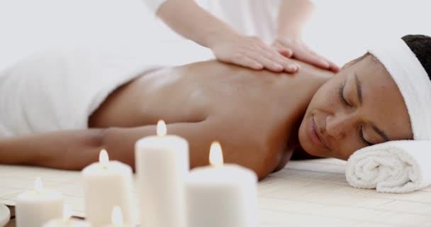 Девушка делает женщине взрослой массаж видео фото 28-631
