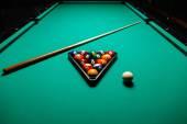 Bolas de bilhar em uma mesa de bilhar. — Fotografia Stock