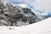 Climbers and sherpas at Cho La Pass. Trek to Everest base camp. — Stock Photo