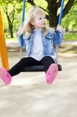 屋外の運動場装置の少女 — ストック写真
