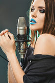 Model with evening make up singing — Stock Photo
