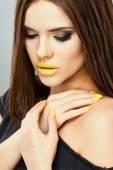 žena s žlutým rty — Stock fotografie