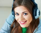 Vrouw luisteren muziek in hoofdtelefoon. — Stockfoto