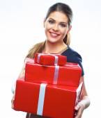 Lachende vrouw houd rode geschenken — Stockfoto