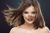 üfleme uzun saçlı güzel kadın — Stok fotoğraf