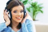 Luisteren muziek meisje met koptelefoon. — Stockfoto