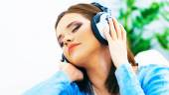 Music woman. Girl listening music with headphones. — Stockfoto