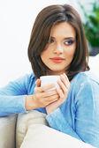 Młoda kobieta pije kawę — Zdjęcie stockowe