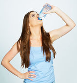 Caucasian woman drink water — Stockfoto