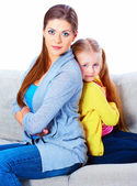 Mother with daughter seat on sofa — Stockfoto