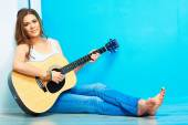 Musician girl with guitar — Stock Photo