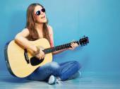 Woman sings and playing guitar — Stock Photo