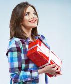 Kvinnan håller röd presentask — Stockfoto