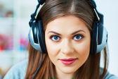 Mladá žena se sluchátky — Stock fotografie
