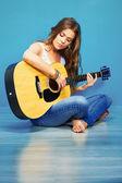 Tocando la guitarra mujer — Foto de Stock