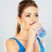 Athletic woman drinking water — Stock Photo