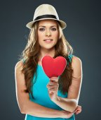 Woman holds red heart — Stockfoto