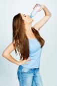 女性の飲み物水のボトルから — ストック写真