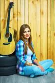 ギターと座っている女の子 — ストック写真