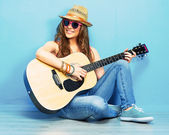 Young woman sitting with guitar — Stock Photo
