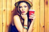 Taza de café celebración chica — Foto de Stock