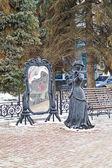 Nizhny Novgorod. Sculpture of Lady in the mirror — Stock Photo