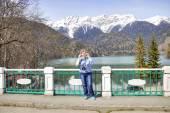 Lake Ritsa. A woman remedies glasses — Stock Photo