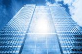 Sun reflecting in modern business skyscraper — Stock Photo