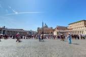 St. Peter's square to visit the Basilica — Stock Photo