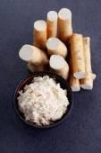 Horseradish root and grated horseradish — Stock Photo