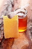 Jar of honey with honey comb — ストック写真